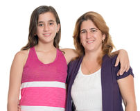 Adolescente ispano che abbraccia sua madre isolata su bianco Fotografia Stock