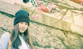 Adolescente japonés en templo con la flor del ciruelo Imagenes de archivo