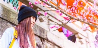 Adolescente japonés femenino con el ciruelo rosado del flor Fotografía de archivo libre de regalías