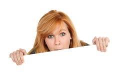 Adolescente jetant un coup d'oeil au-dessus du signe images stock