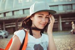 Adolescente joven al aire libre con el bolso de la playa Fotografía de archivo libre de regalías
