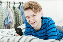 Adolescente joven amistoso feliz que se relaja en casa Foto de archivo libre de regalías