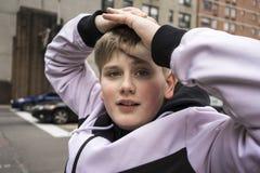Adolescente joven atractivo con sus brazos aumentados Imagen de archivo