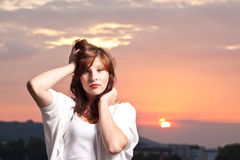 Adolescente joven atractivo en la puesta del sol Imagen de archivo