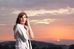 Adolescente joven atractivo en la puesta del sol Imágenes de archivo libres de regalías