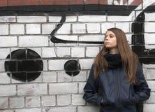 Adolescente joven cerca de una pared Fotografía de archivo libre de regalías