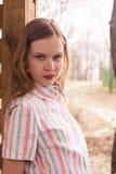 Adolescente joven cerca del dence de madera Fotografía de archivo