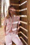 Adolescente joven cerca del dence de madera Foto de archivo libre de regalías