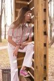 Adolescente joven cerca del dence de madera Fotos de archivo