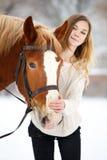 Adolescente joven con el caballo en parque del invierno Fotos de archivo libres de regalías
