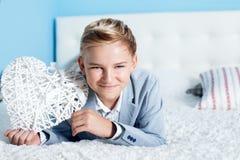 Adolescente joven con el corazón Foto de archivo libre de regalías