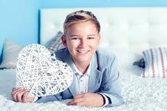 Adolescente joven con el corazón Fotos de archivo libres de regalías