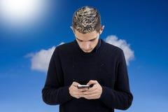 Adolescente joven con el móvil del teléfono Imagen de archivo