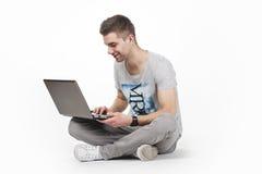 Adolescente joven con el ordenador Fotos de archivo libres de regalías