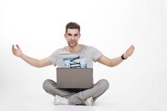Adolescente joven con el ordenador Imagen de archivo