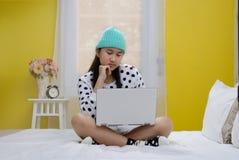 Adolescente joven con el ordenador portátil Fotografía de archivo libre de regalías