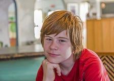 Adolescente joven con el pelo rojo largo Imagen de archivo