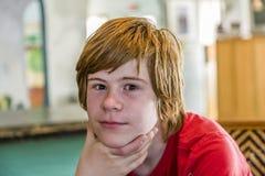 Adolescente joven con el pelo rojo largo Imagen de archivo libre de regalías