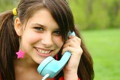 Adolescente joven con el teléfono Fotografía de archivo