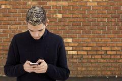 Adolescente joven con el teléfono Foto de archivo libre de regalías