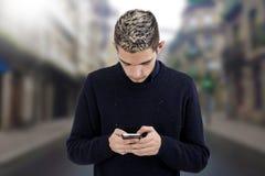 Adolescente joven con el teléfono Imagenes de archivo