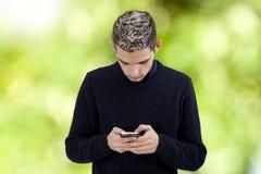 Adolescente joven con el teléfono Fotos de archivo libres de regalías