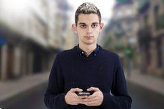 Adolescente joven con el teléfono Imagen de archivo libre de regalías