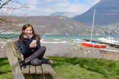 Adolescente joven con el teléfono al aire libre Foto de archivo