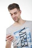 Adolescente joven con el teléfono elegante blanco Fotos de archivo