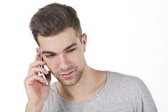 Adolescente joven con el teléfono elegante blanco Imagen de archivo libre de regalías