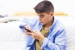 Adolescente joven con el teléfono móvil Fotos de archivo