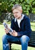 Adolescente joven con la botella de agua en parque Imagen de archivo