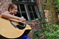 Adolescente joven con la guitarra Imagen de archivo