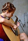 Adolescente joven con la guitarra Imagenes de archivo