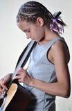 Adolescente joven con la guitarra Fotografía de archivo libre de regalías