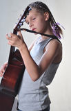 Adolescente joven con la guitarra Imágenes de archivo libres de regalías