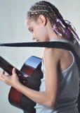 Adolescente joven con la guitarra Fotos de archivo