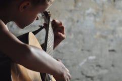 Adolescente joven con la guitarra Foto de archivo libre de regalías