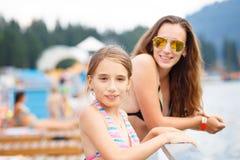 Adolescente joven con la madre en el centro turístico de verano Imagenes de archivo
