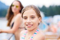 Adolescente joven con la madre en el centro turístico de verano Fotos de archivo