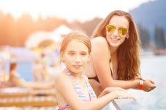 Adolescente joven con la madre en el centro turístico de verano Fotografía de archivo