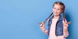 Adolescente joven con la trenza francesa Fotografía de archivo