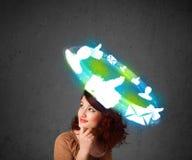 Adolescente joven con los iconos sociales de la nube alrededor de su cabeza Imagen de archivo libre de regalías