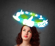Adolescente joven con los iconos sociales de la nube alrededor de su cabeza Fotografía de archivo libre de regalías