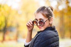 Adolescente joven con los vidrios que se colocan en parque Fotos de archivo