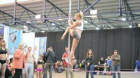 Adolescente joven con programa acrobático sobre el pilón, almacen de video
