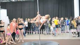 Adolescente joven con programa acrobático sobre el pilón, metrajes
