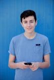 Adolescente joven con su teléfono celular Imagen de archivo