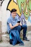 Adolescente joven con su teléfono celular Imagenes de archivo