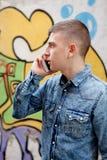 Adolescente joven con su teléfono celular Imágenes de archivo libres de regalías